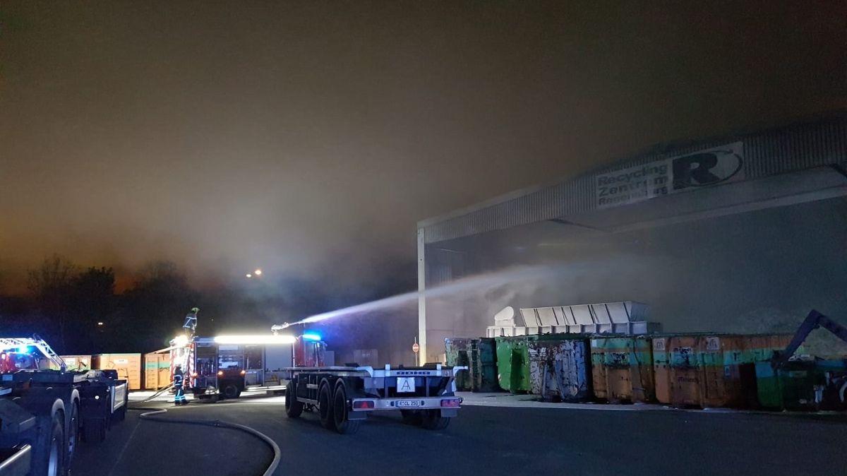 Versteckte Glutnester und immer wieder aufflammende Feuer in der Halle müssen abgelöscht werden.