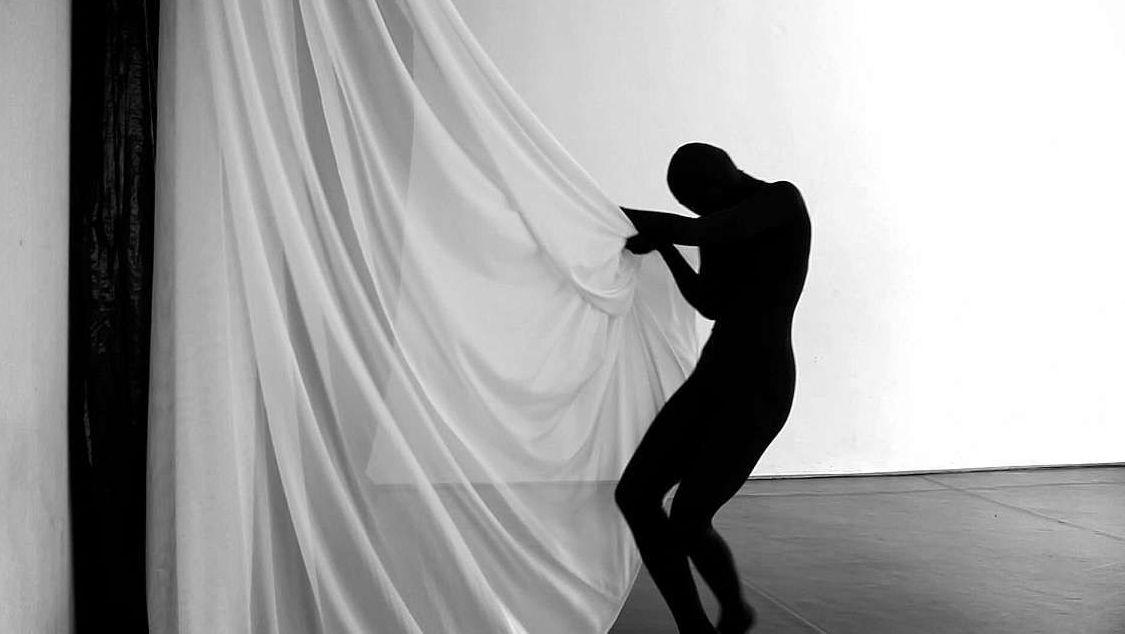 """Kontur einer Tänzerin mit einem weißen Vorhang: Szene aus """"The Euphoria of Being"""""""