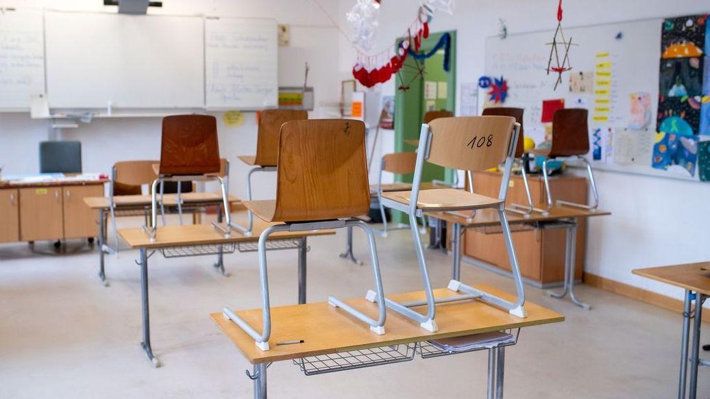 Klassenzimmer mit hochgestellten Stühlen