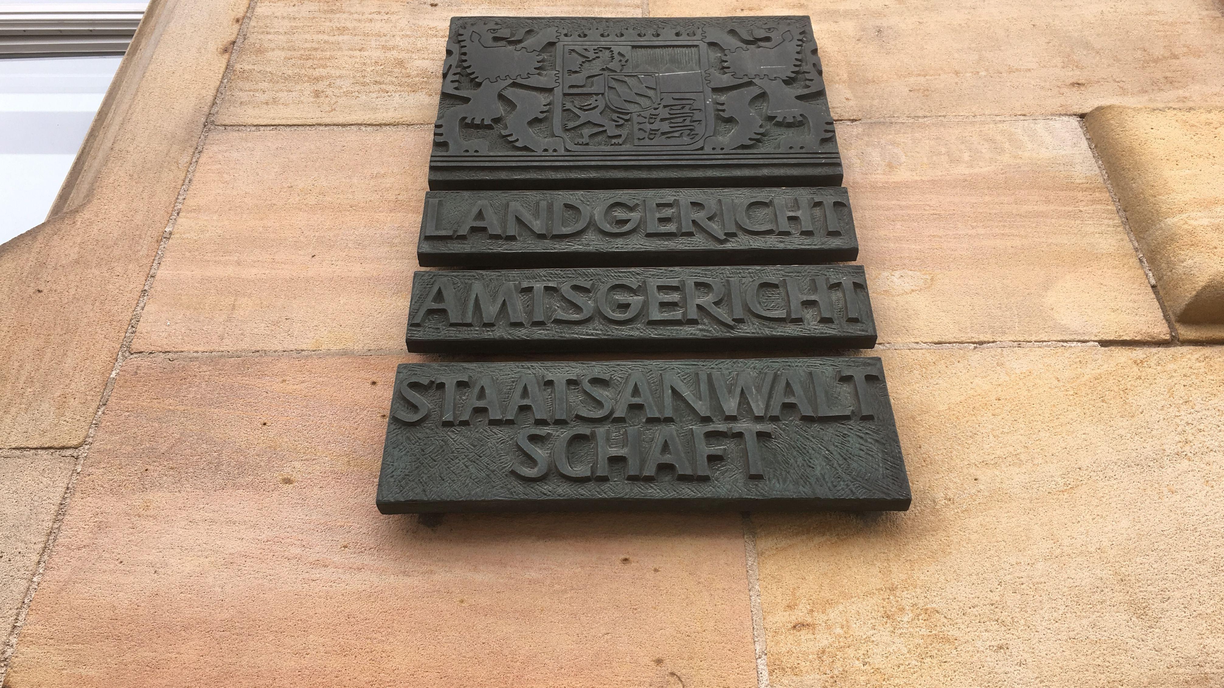 Schrifttafeln am Regensburger Gerichtsgebäude
