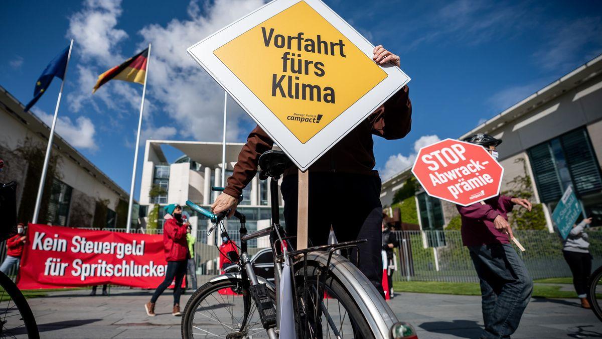 Aktivisten demonstrieren in Berlin vor dem Kanzleramt gegen Abwrackprämien