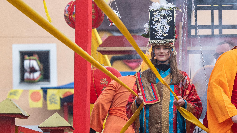 Emelie Leopold nimmt als erste Drachenprinzessin am traditionellen Chinesenfaschingsumzug teil.