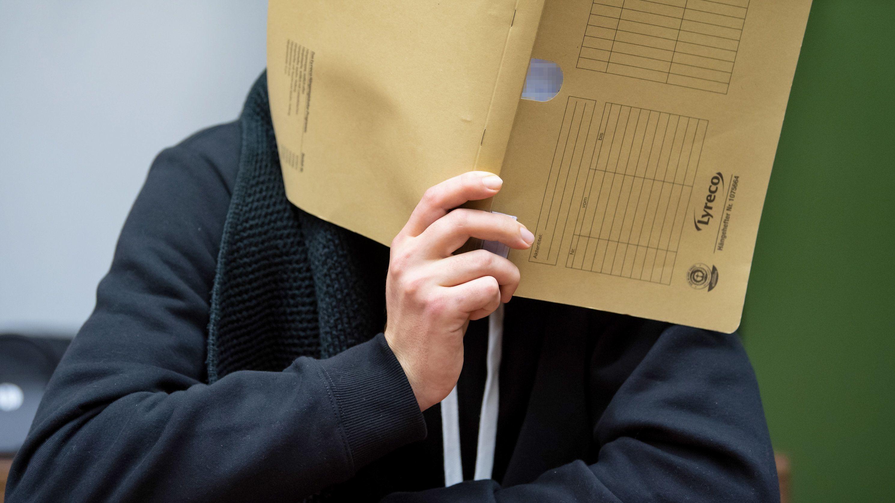 Der wegen versuchten Mordes an zahlreichen Frauen und Mädchen 30-jährige Angeklagte sitzt vor Prozessbeginn im Landgericht im Sitzungssaal.