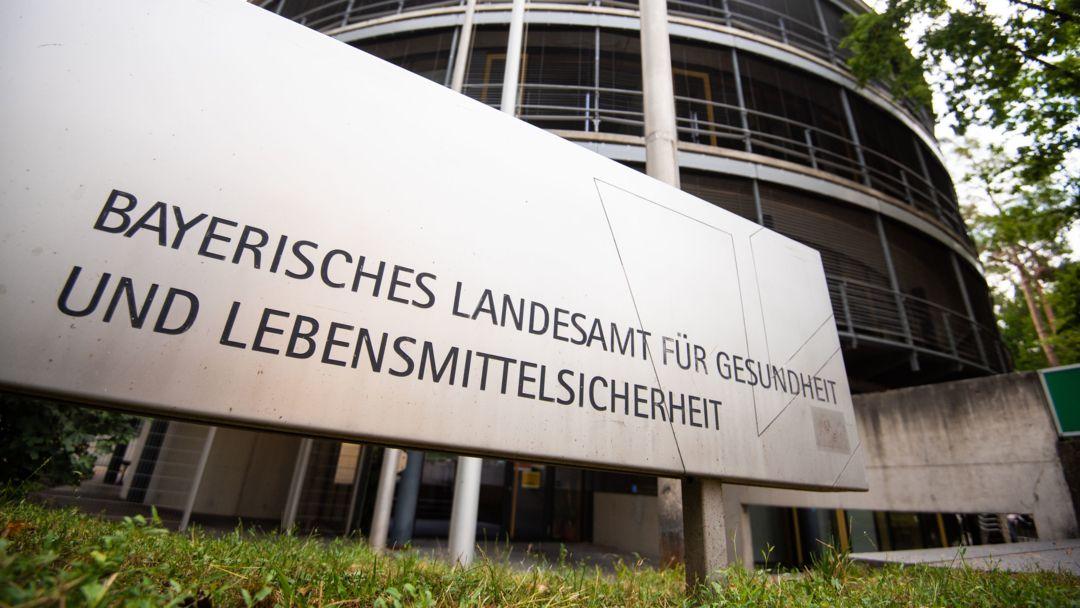 Vor dem Gebäude des bayerischen Landesamtes für Gesundheit und Lebensmittelsicherheit steht ein Schild mit dem Schriftzug des Landesamtes.