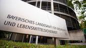 Vor dem Gebäude des bayerischen Landesamtes für Gesundheit und Lebensmittelsicherheit steht ein Schild mit dem Schriftzug des Landesamtes.  | Bild:dpa-Bildfunk/Nicolas Armer