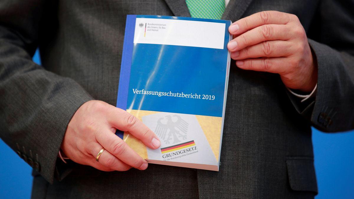 Horst Seehofer hält den Verfassungsschutzbericht 2019 in den Händen.