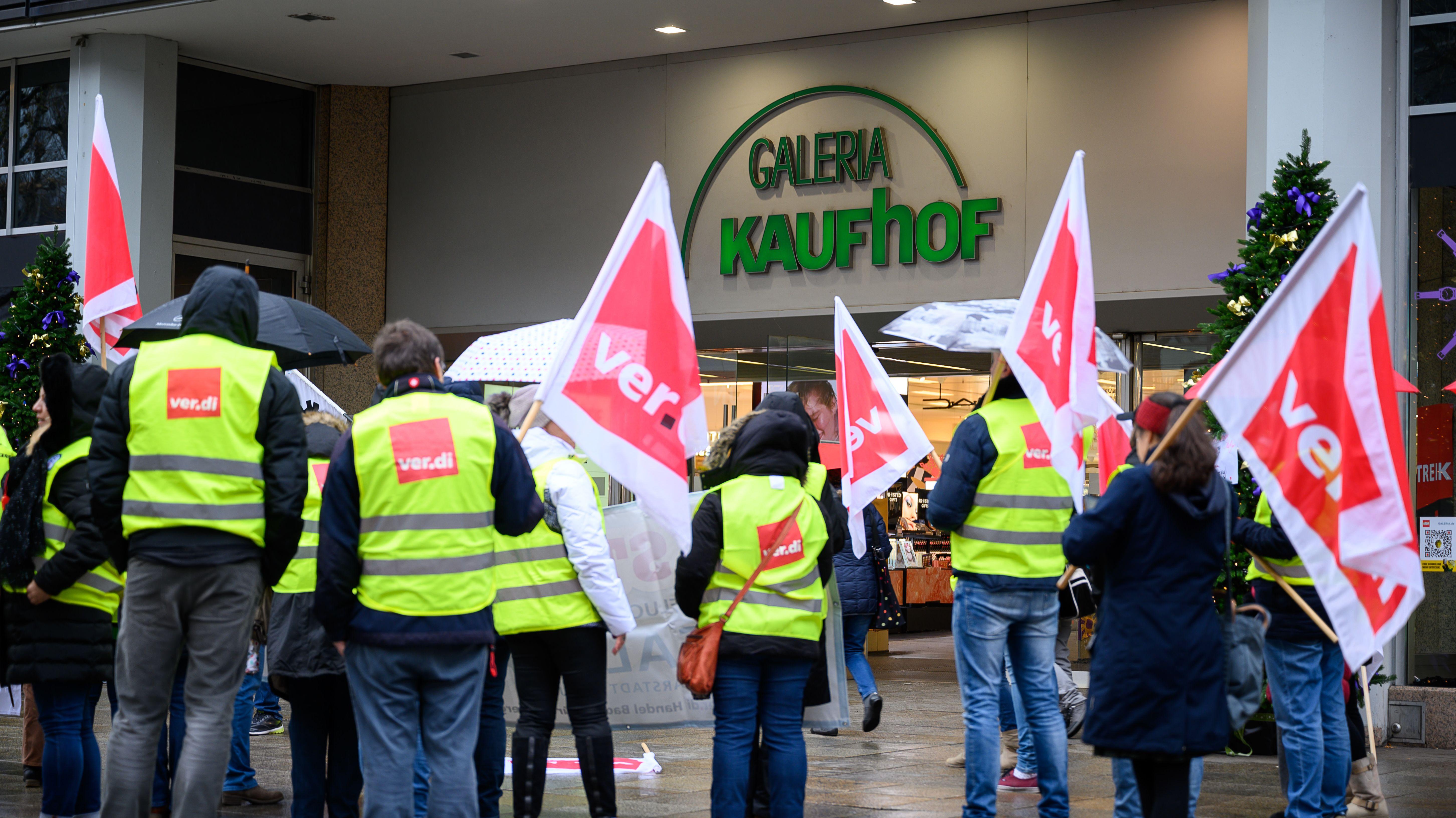 Streikende vor Kaufhof-Filiale
