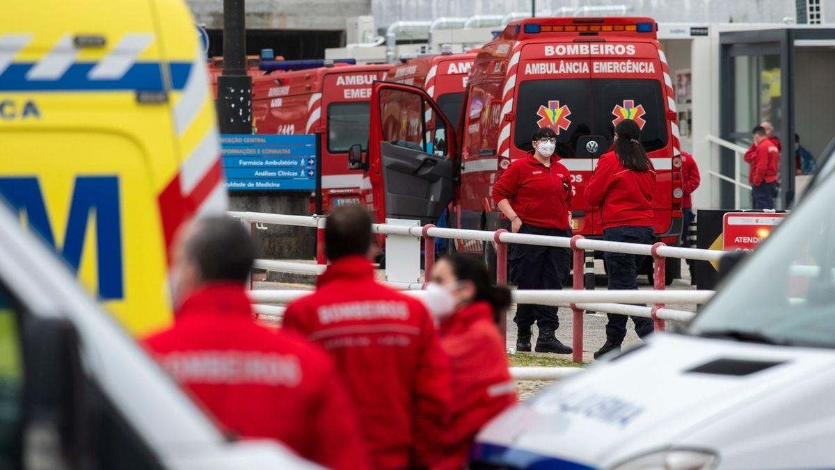 Krankenwägen vor Hospital in Portugal