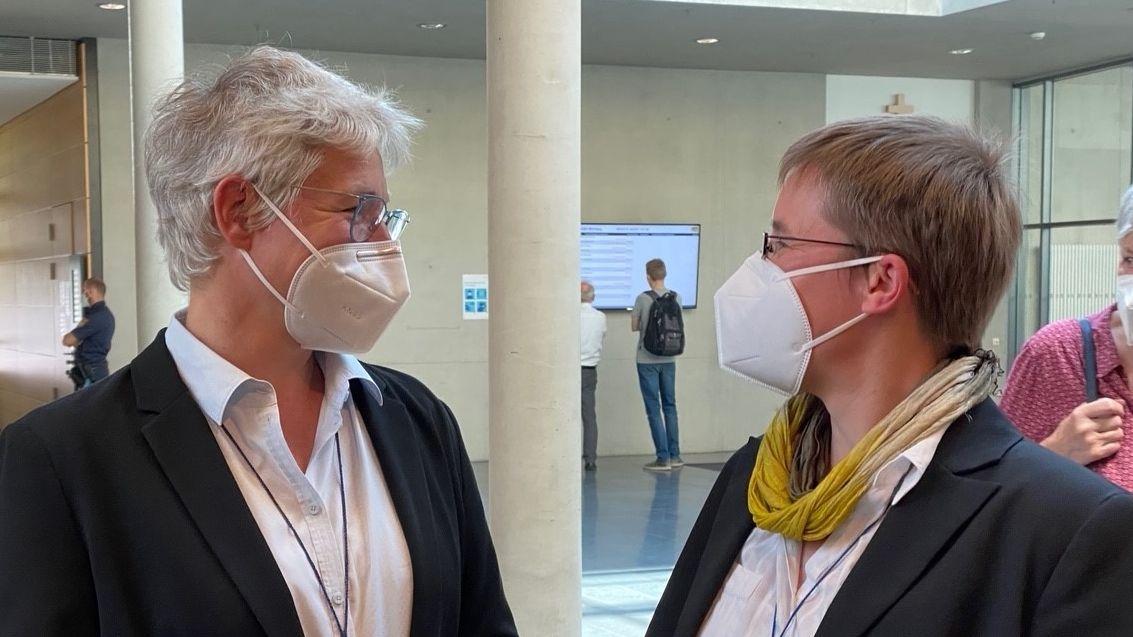 Schwester Juliana Seelmann (re.) und Schwester Katharina Ganz, Oberin der Oberzeller Franziskanerinnen beim Kirchenasyl-Prozess in Würzburg.