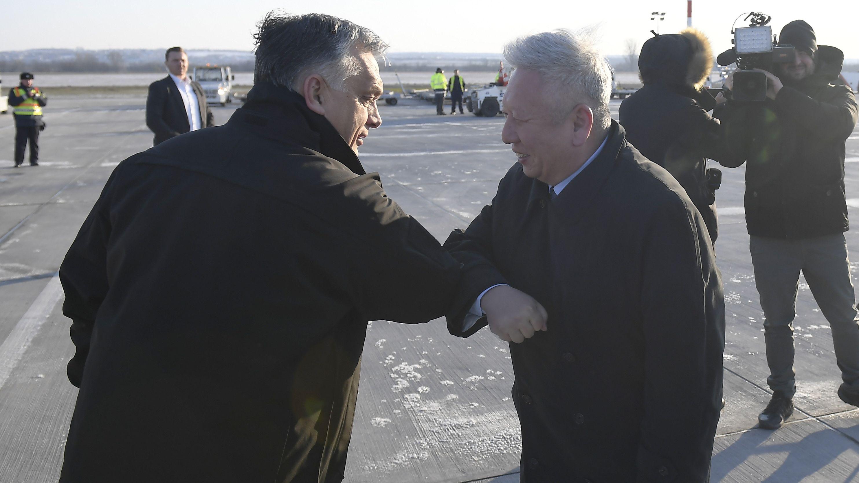 Orban begrüßt chinesischen Botschafter per Ellenbogen