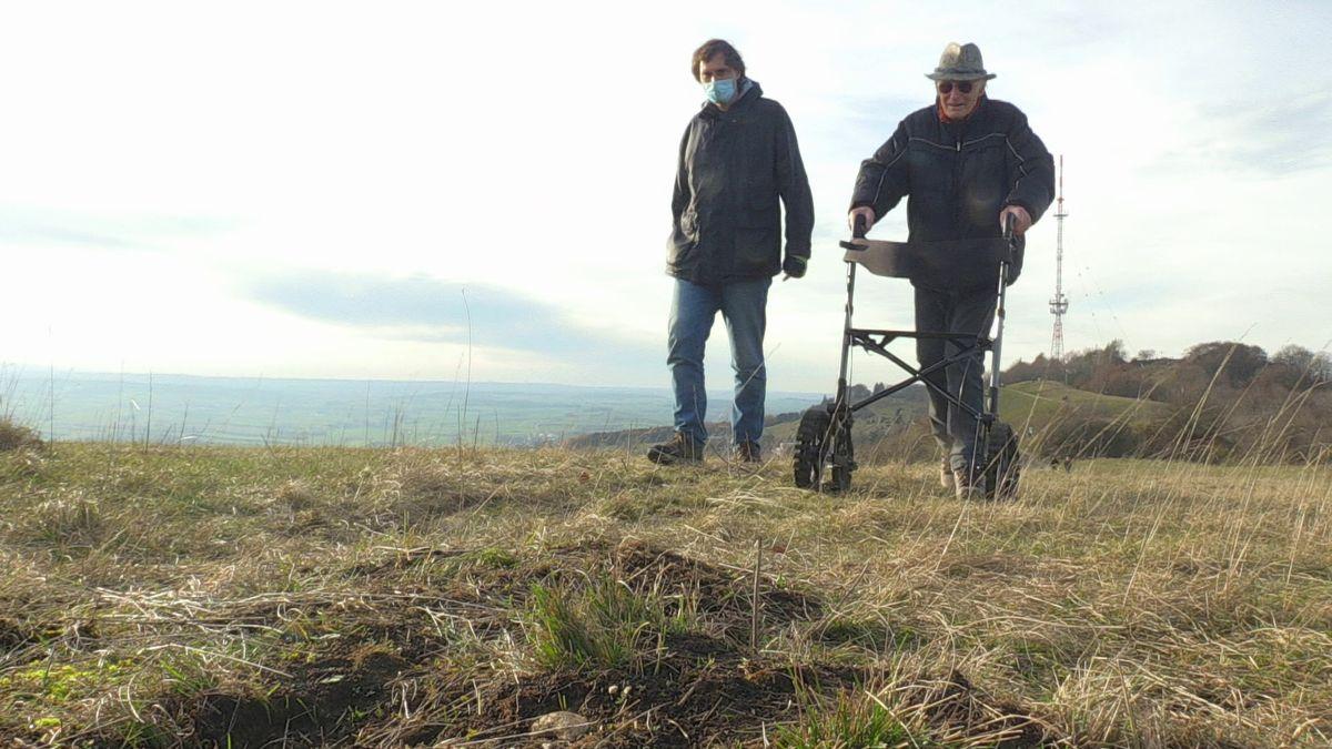 Vater und Sohn mit dem Rollator auf dem Hesselberg.