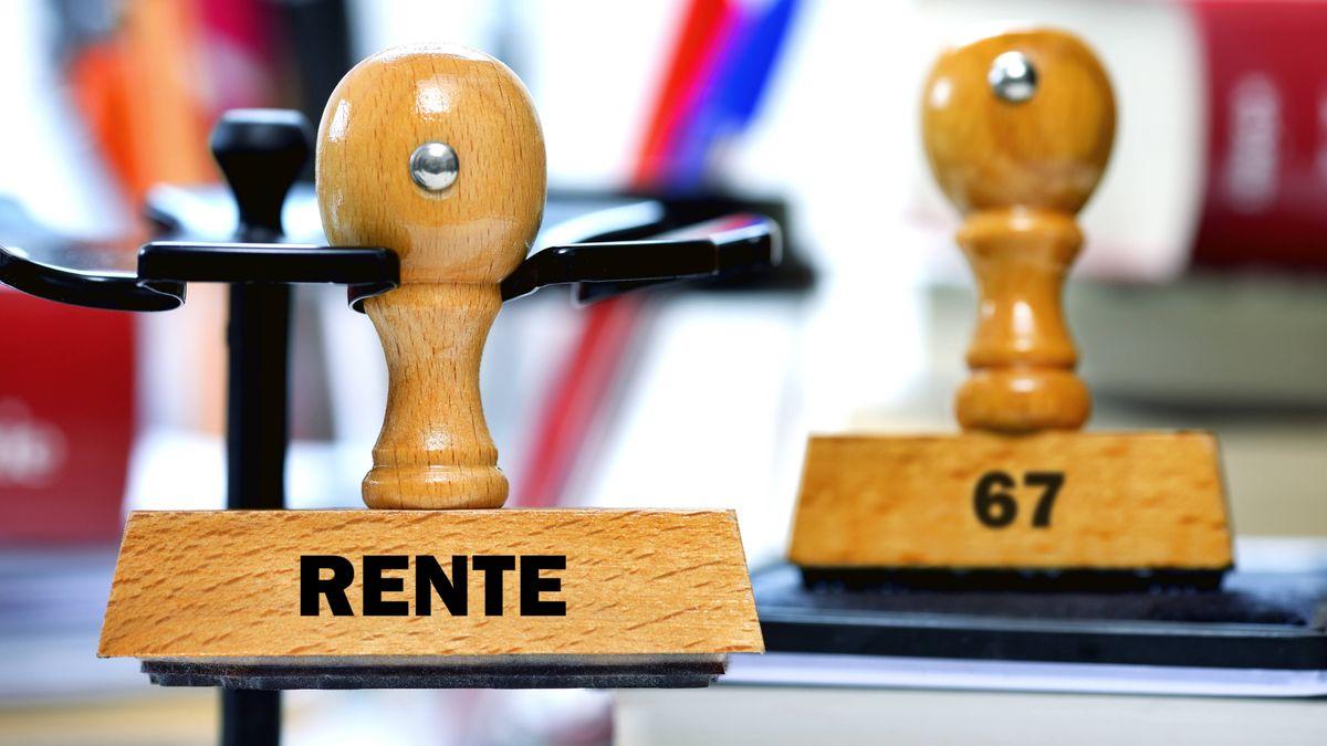 Symbolbild: Rente mit 67 - Stempel mit der Aufschrift Rente und 67