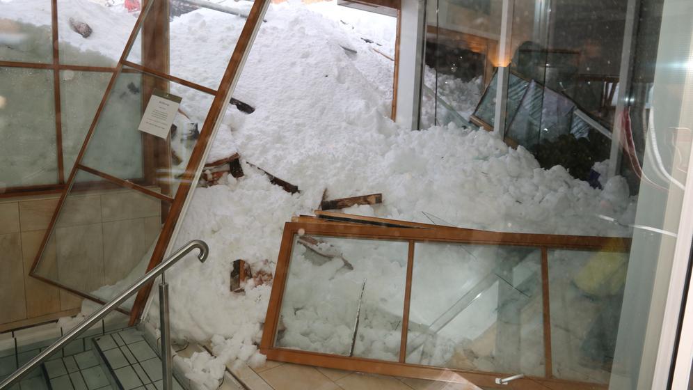 Der Wellnessbereich des Hotels in Balderschwang wurde von den Schneemassen zerstört    Bild:Benjamin Liss, dpa