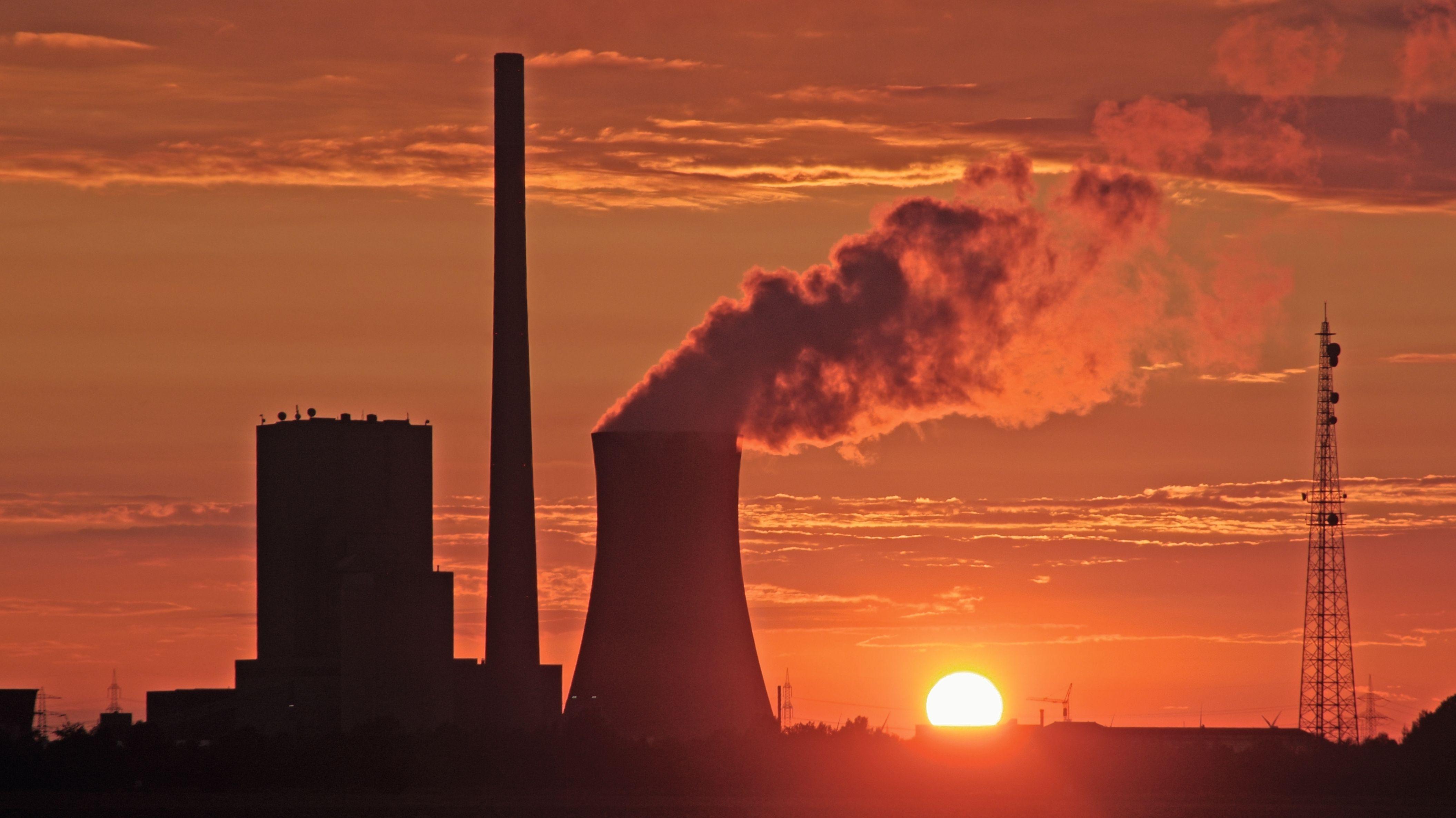 Kohlekraftwerk vor Sonnenuntergang
