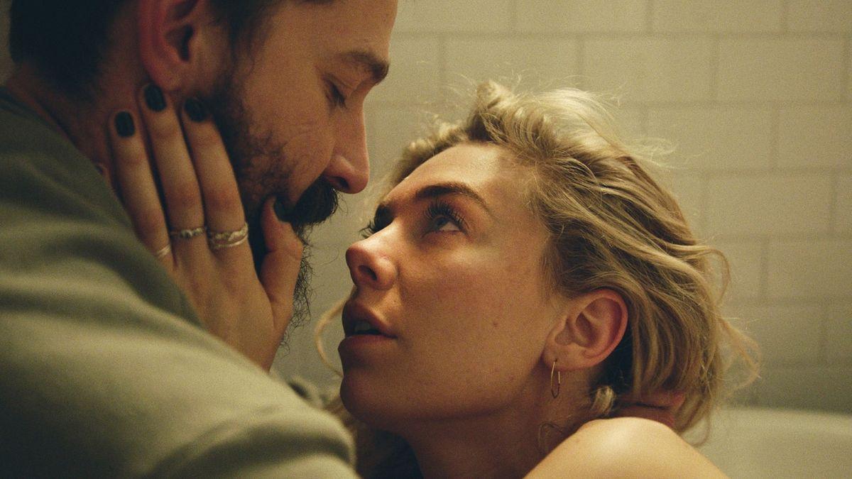 Die von Vanessa Kirby gespielte Martha hält das Gesicht ihres Mannes Sean (Shia La Beouf) in ihren Händen und blickt ihn verstört an