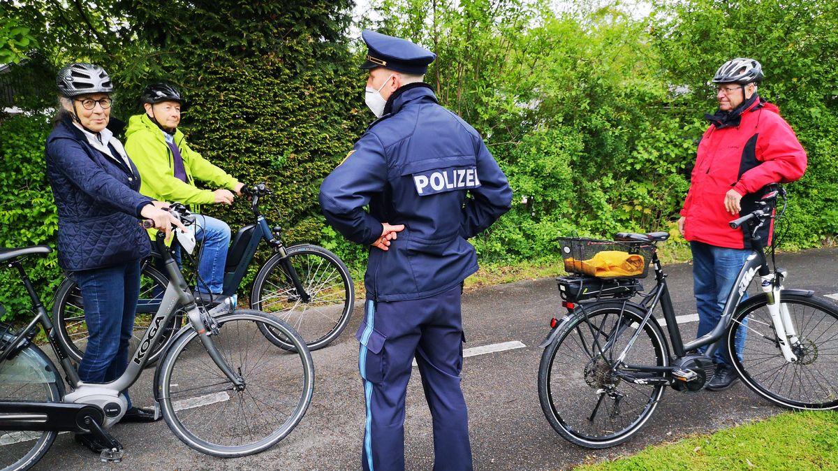 Zusammen mit der Polizei trainieren die Senioren das Fahren mit Pedelecs.