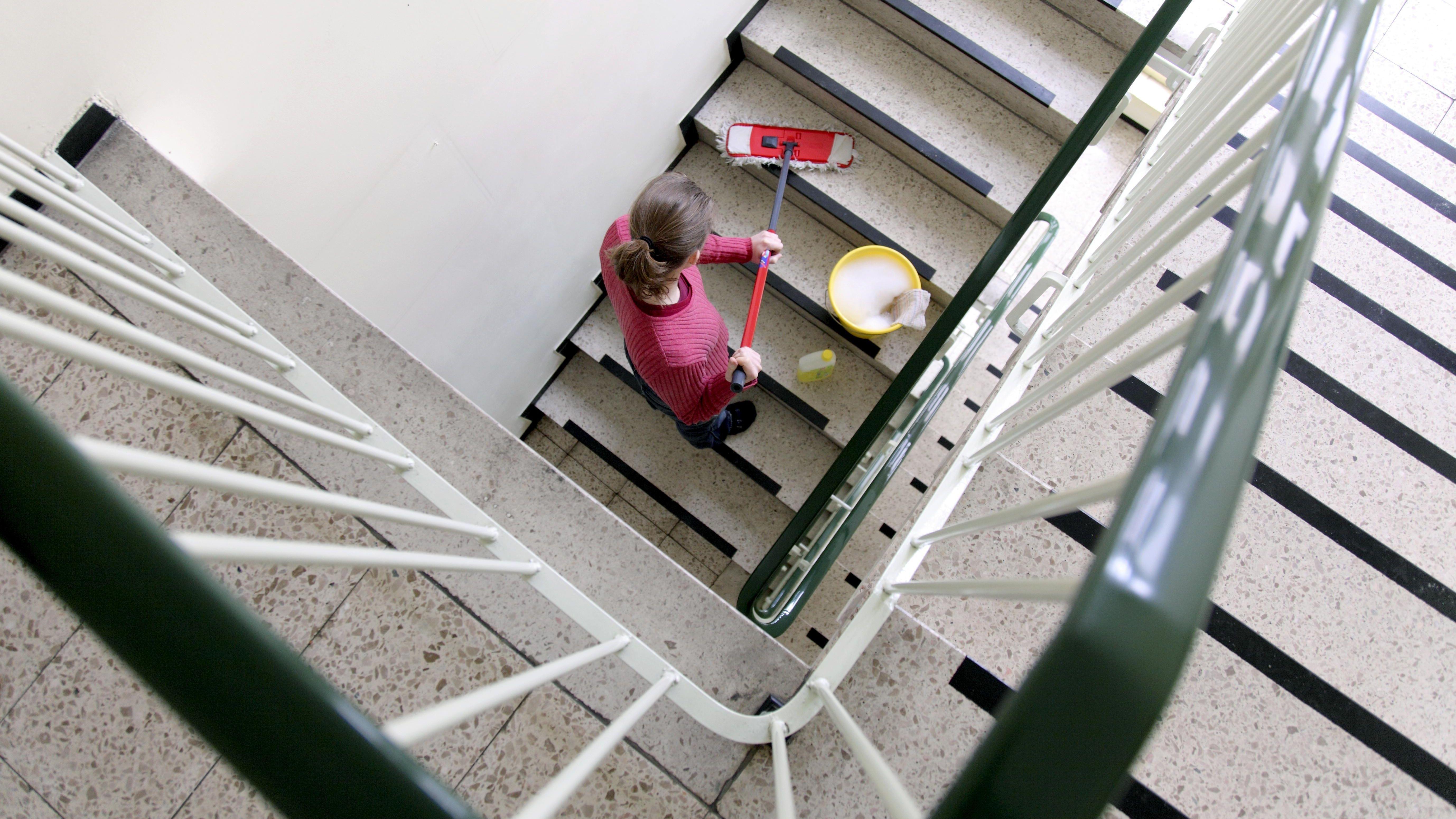 Putzfrau reinigt ein Treppenhaus