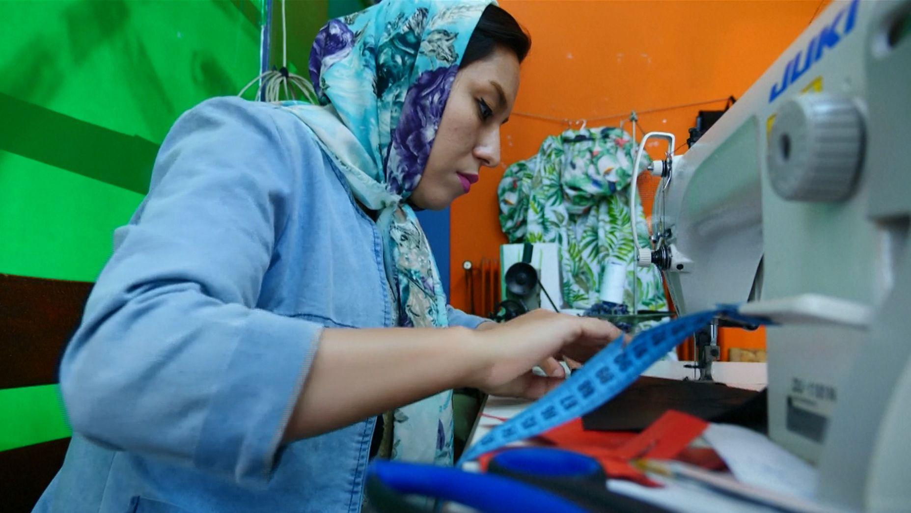 Afghanische Designerin näht Taschen aus alten Schlauchbooten