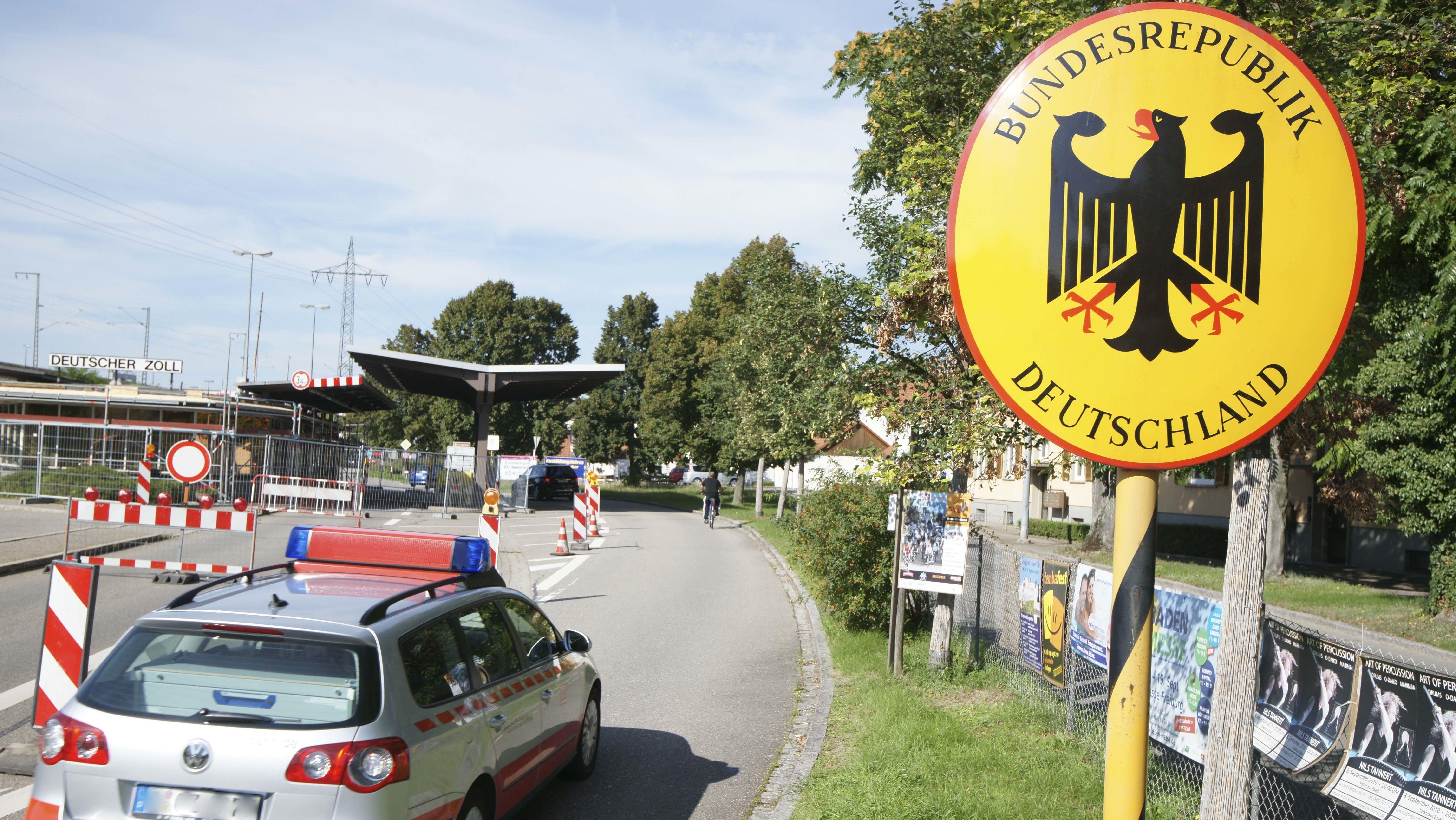 Polizeikontrolle am Grenzübergang zur Schweiz in Weil am Rhein