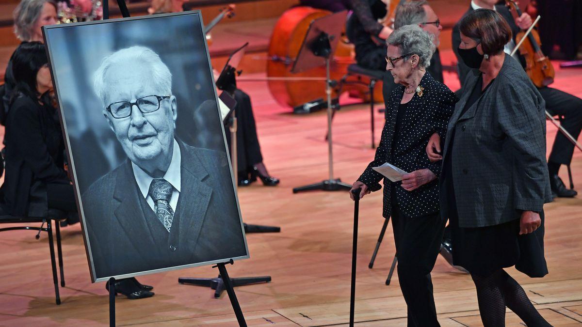 Liselotte Vogel auf der Trauerfeier für ihren Mann Hans-Jochen Vogel im Münchner Gasteig