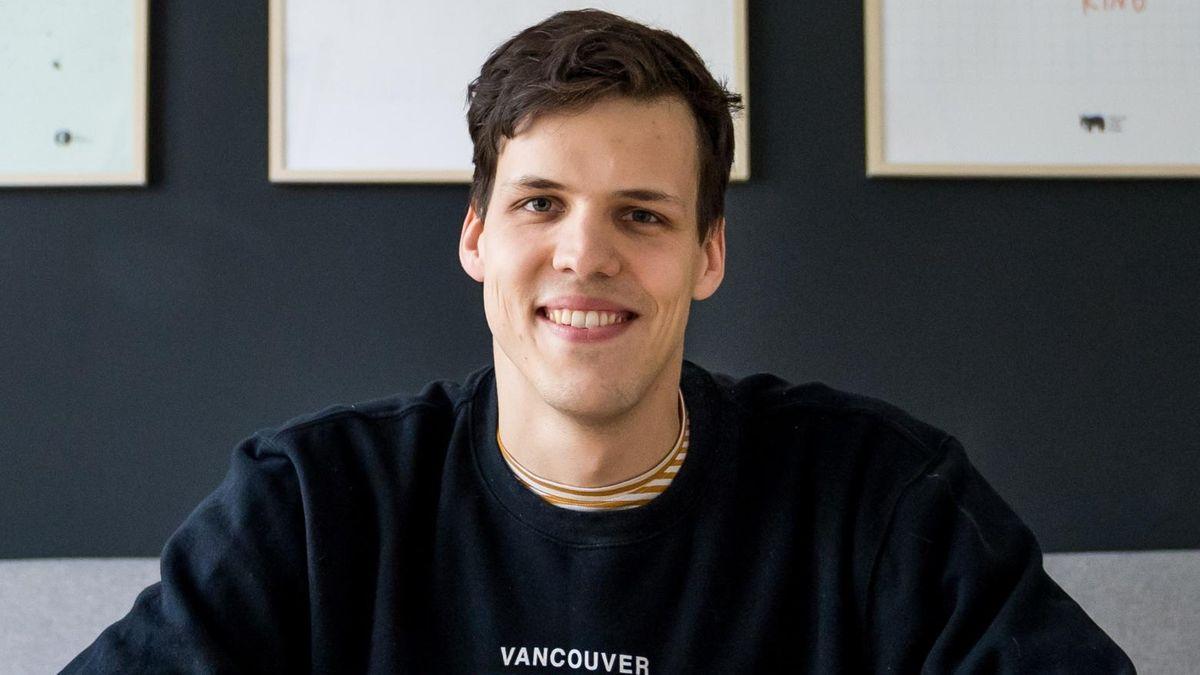 Der Künstler Marcin Podolec lächelt in die Kamera