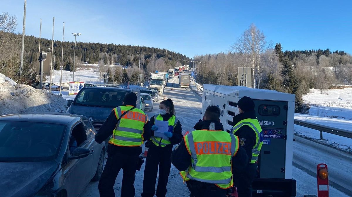 Bundespolizisten kontrollieren am Grenzübergang Philippsreut