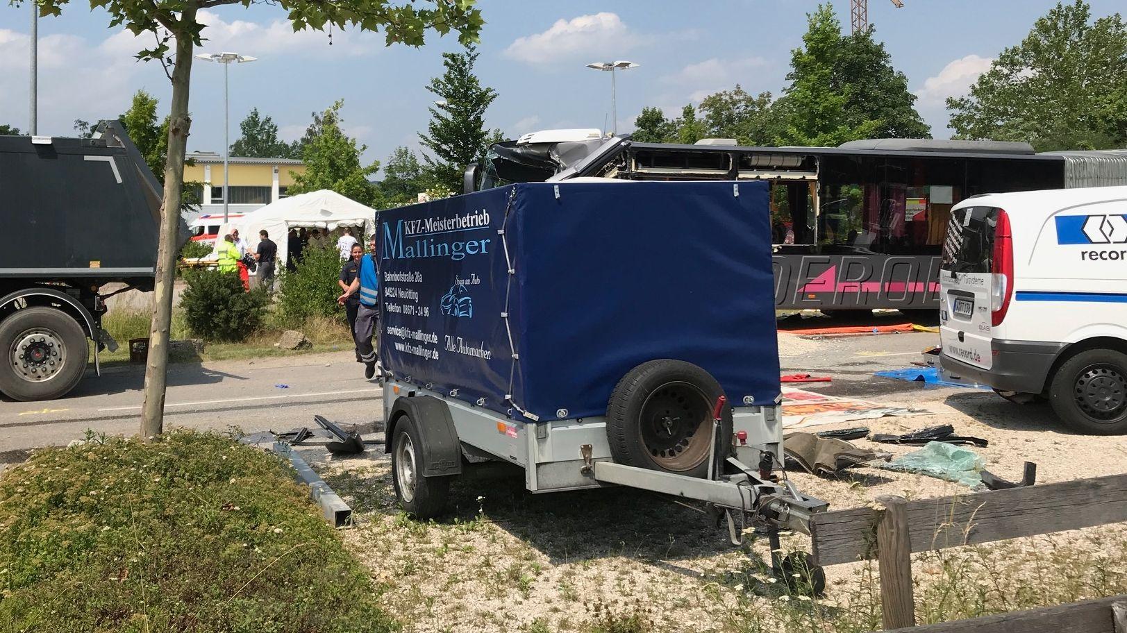 Schulbusunfall in Neuötting auf der Landshuter Straße
