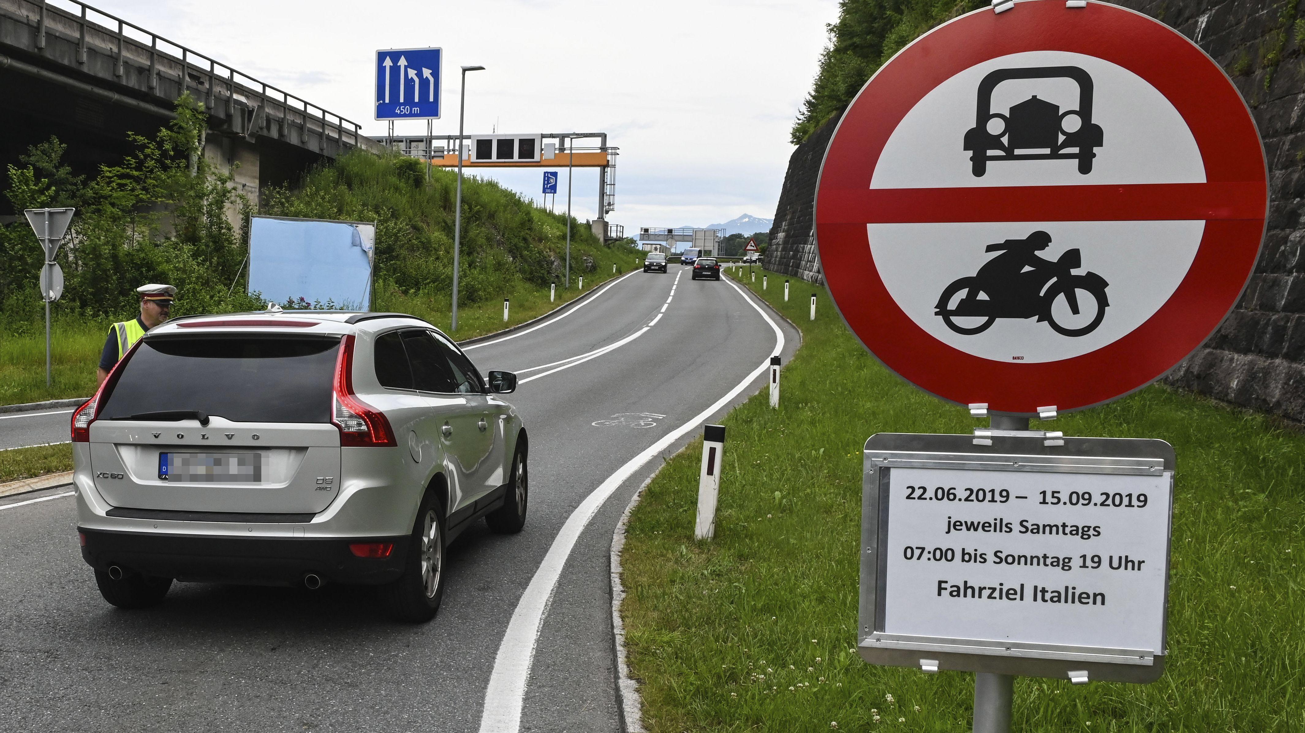 Seit Monaten setzt die Tiroler Landesregierung Fahrverbote gegen den Ausweichverkehr ein - im Bild die Situation bei Innsbruck Ende Juni 2019