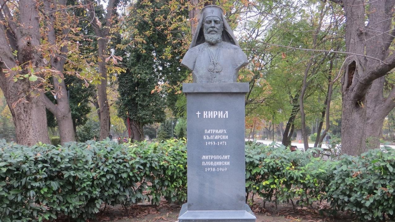 Ein Denkmal erinnernt im Stadtpark im Zentrum an den orthodoxen Metropolit (Oberbischof) Kiril. Er rettete im Jahr 1943 seine jüdischen Mitbürger, indem er drohte, sich unter den Zug zu legen, mit dem sie an Deutschland ausgeliefert werden sollten. Von 1953 bis zu seinem Tod im Jahr 1971 war er Patriarch (orthodoxes Kirchenoberhaupt) von Bulgarien.