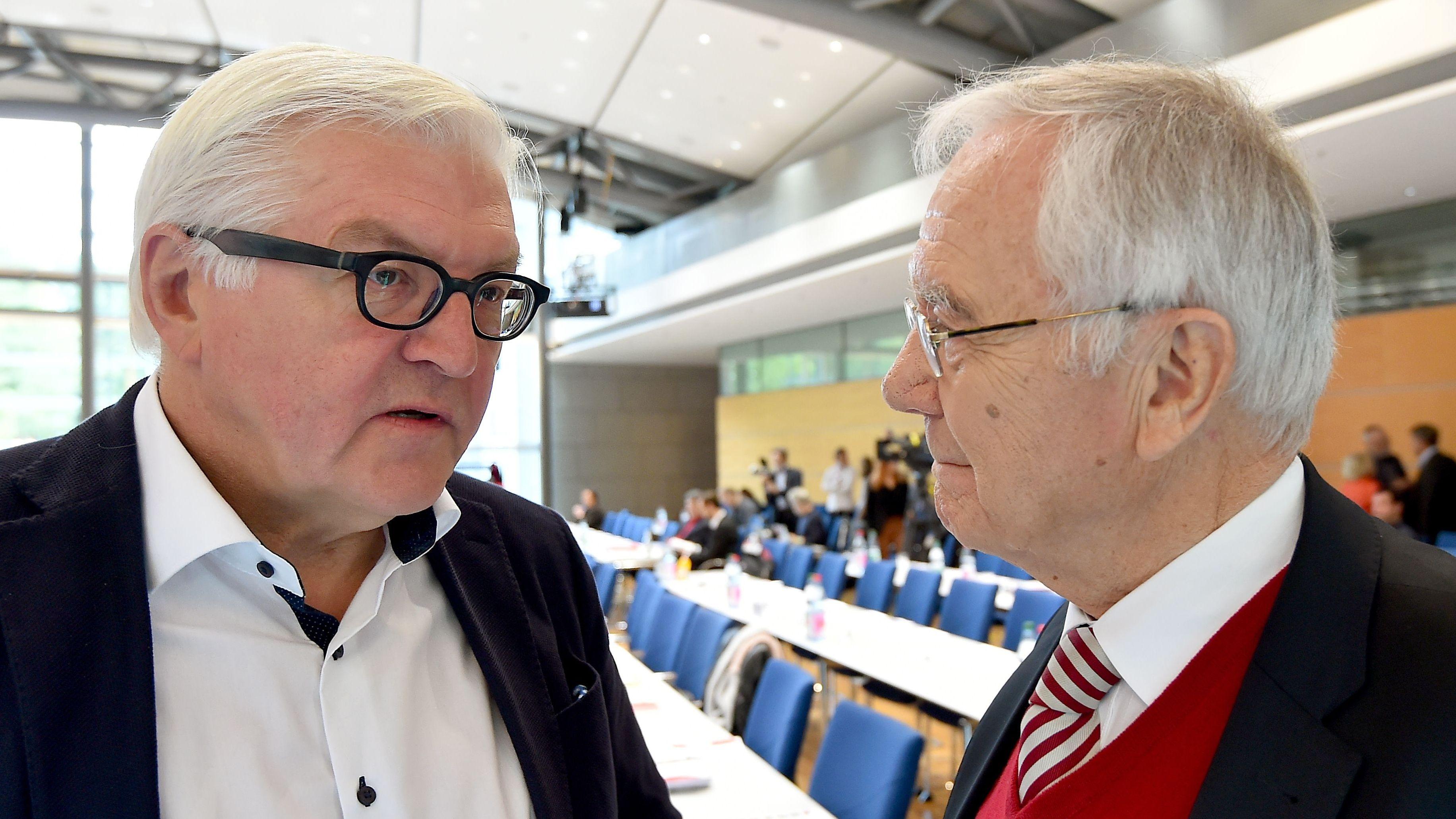 Frank-Walter Steinmeier unterhält sich am 15.10.2016 in Potsdam mit dem früheren Ministerpräsidenten Manfred Stolpe