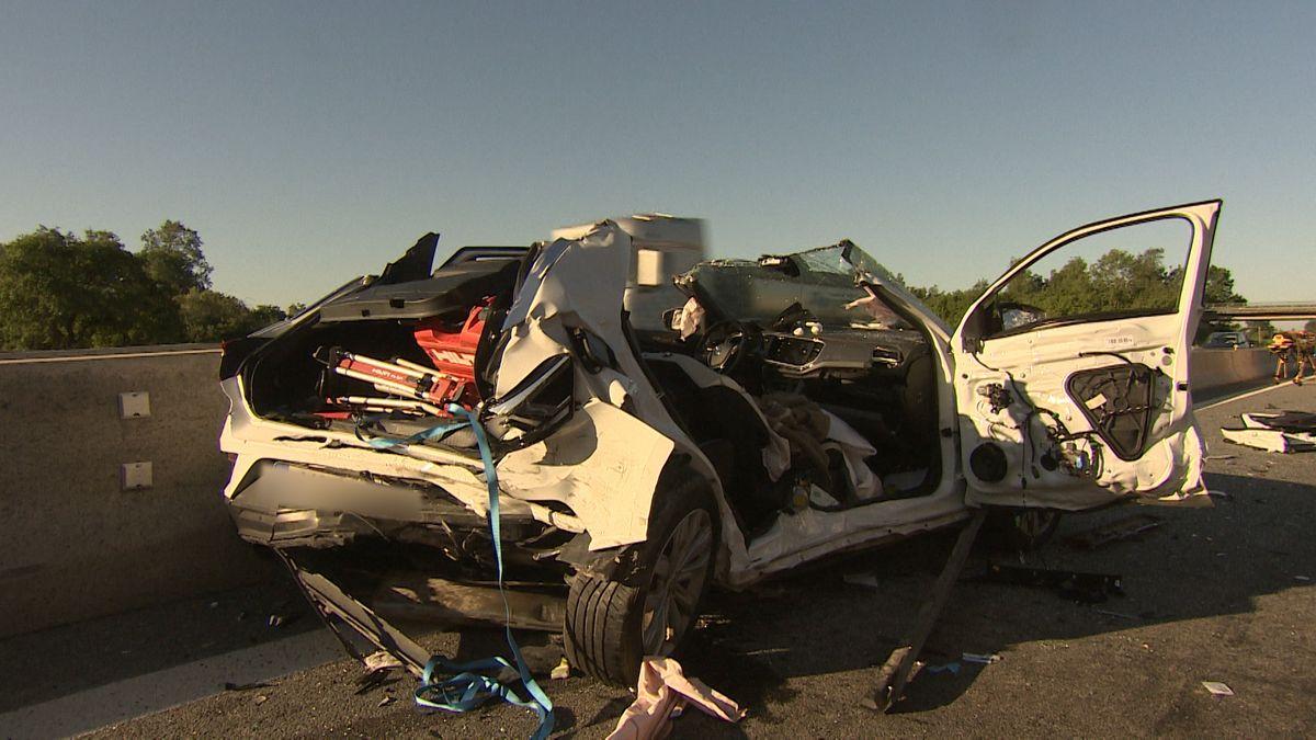 Kaputtes Auto nach Unfall auf A92