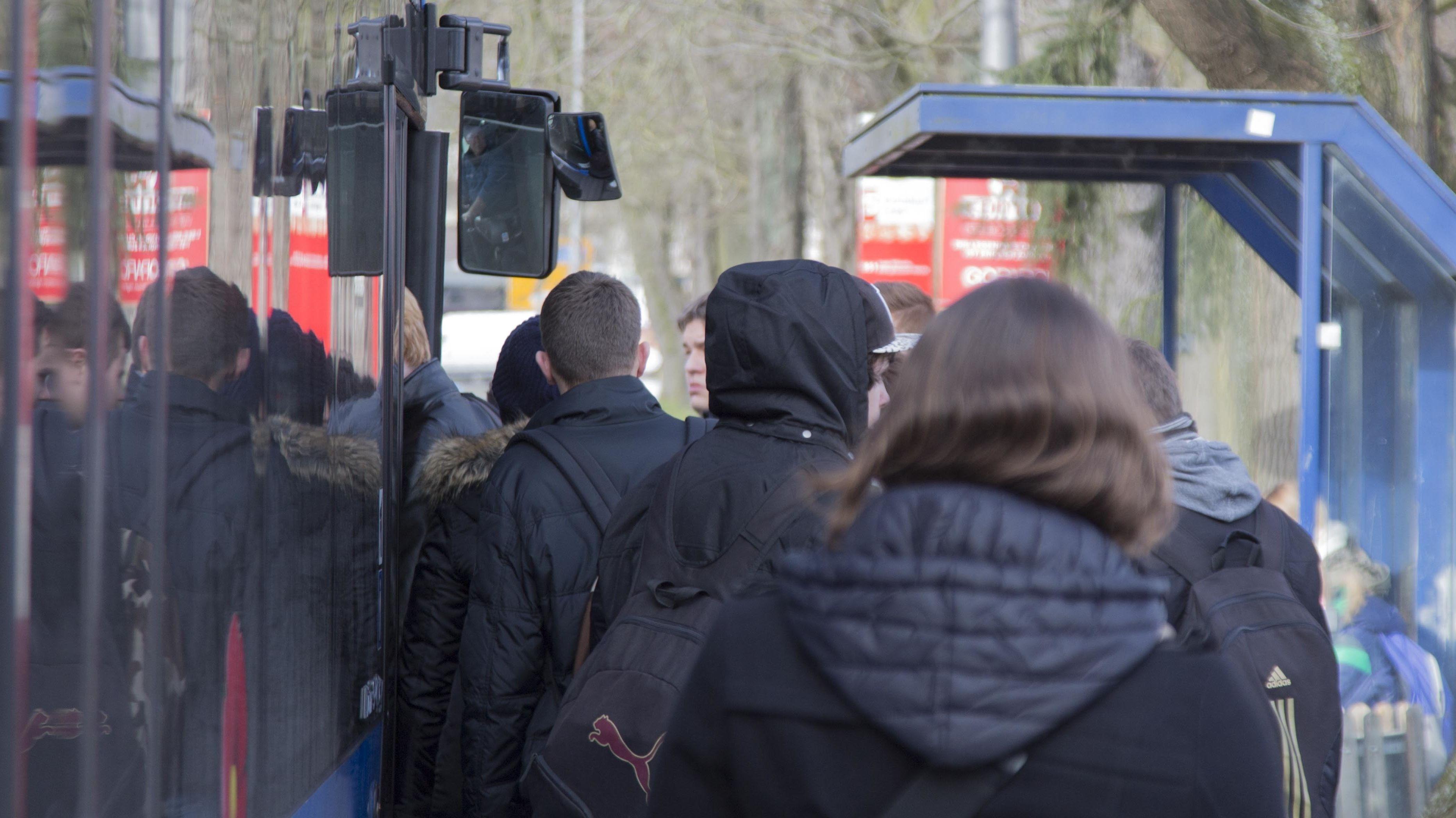 Fahrgäste an einem Linienbus (Symbolbild)