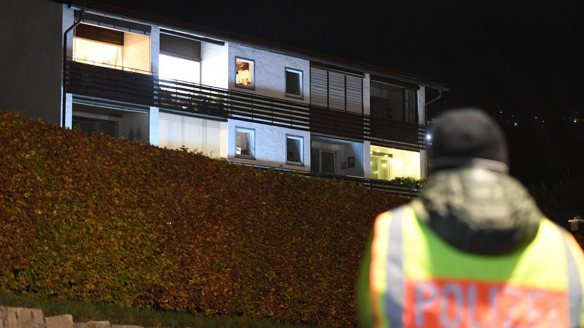 Ein Polizeibeamter steht vor dem Mehrfamilienhaus in Tegernsee, in dem ein Mann nach einer Geiselnahme von der Polizei erschossen wurde.
