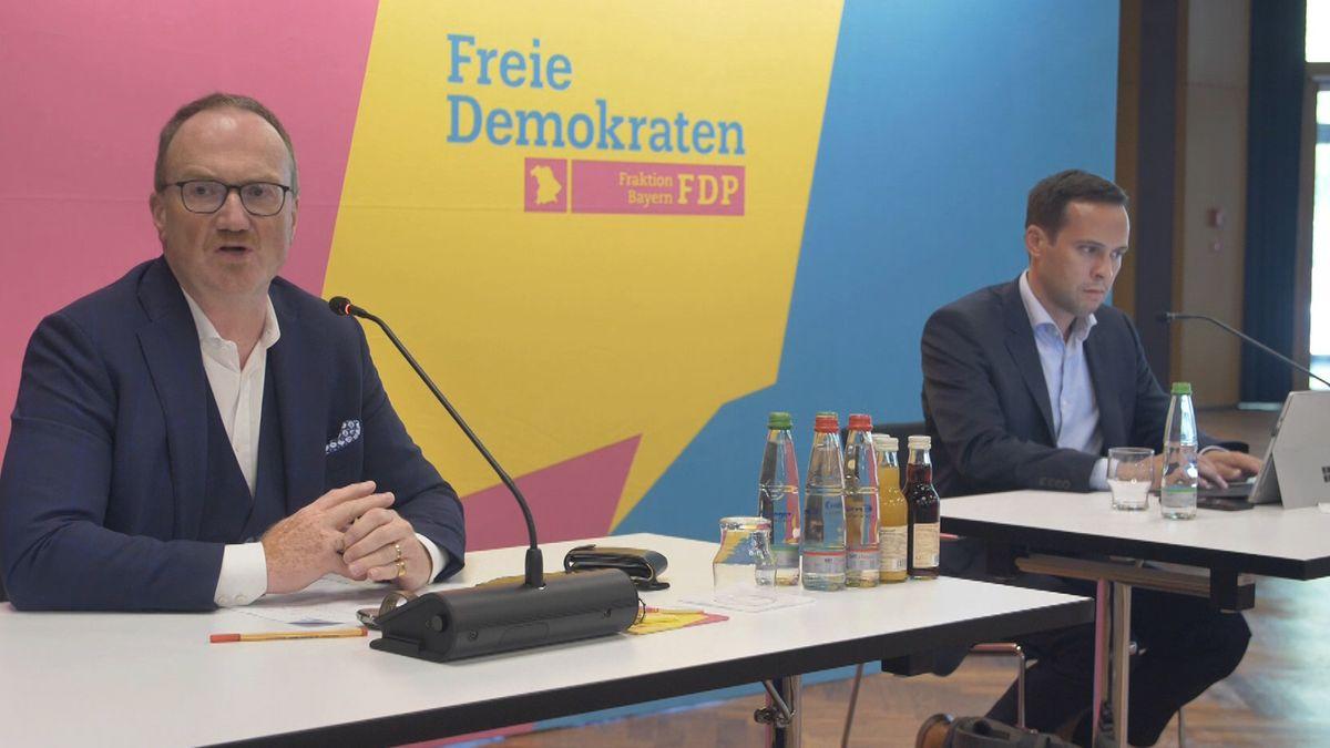 Blick in TagunWirtschaftsweiser Lars Feld (l.) und FDP-Fraktionsvorsitzender Martin Hagen bei der FDP-Herbstklausur in Lindaugsraum