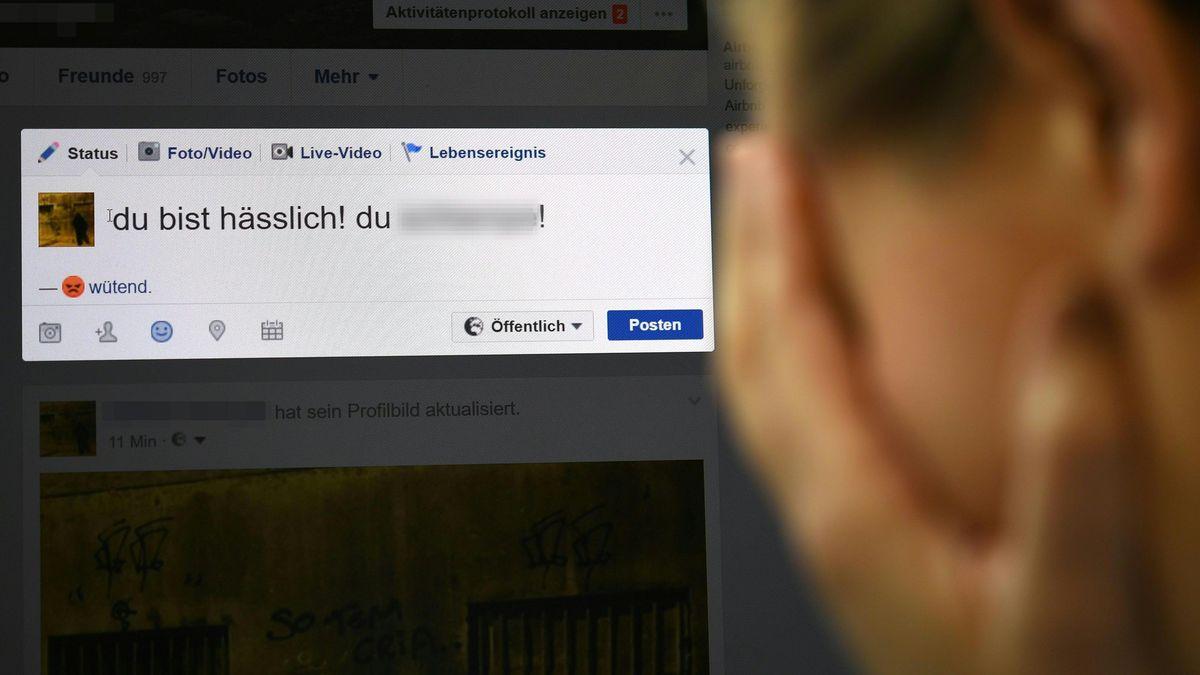 Eine Frau reagiert verzweifelt auf einen Facebook Eintrag.