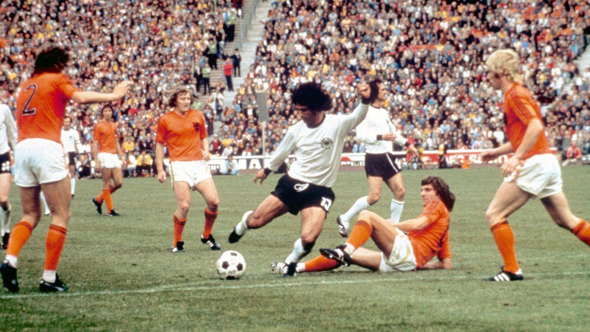 Gerd Müller (Mitte) kurz vor dem 2:1-Siegtreffer im WM-Finale 1974 zwischen Deutschland und den Niederlanden