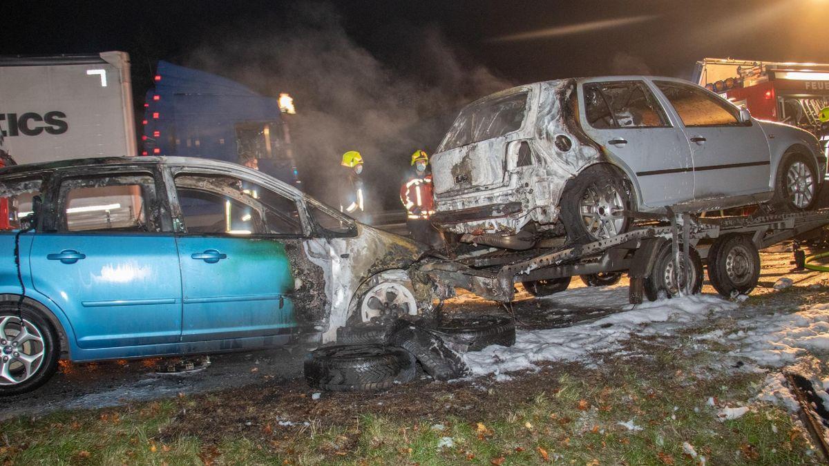 Die beiden ausgebrannten Fahrzeuge
