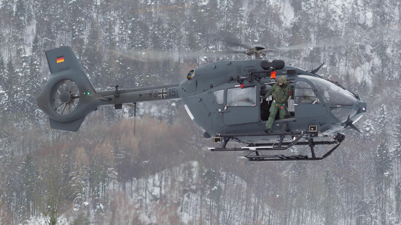 Ein Hubschrauber vom Typ H145M startet in der Hochstaufen-Kaserne in Bad Reichenhall zu seiner Mission.
