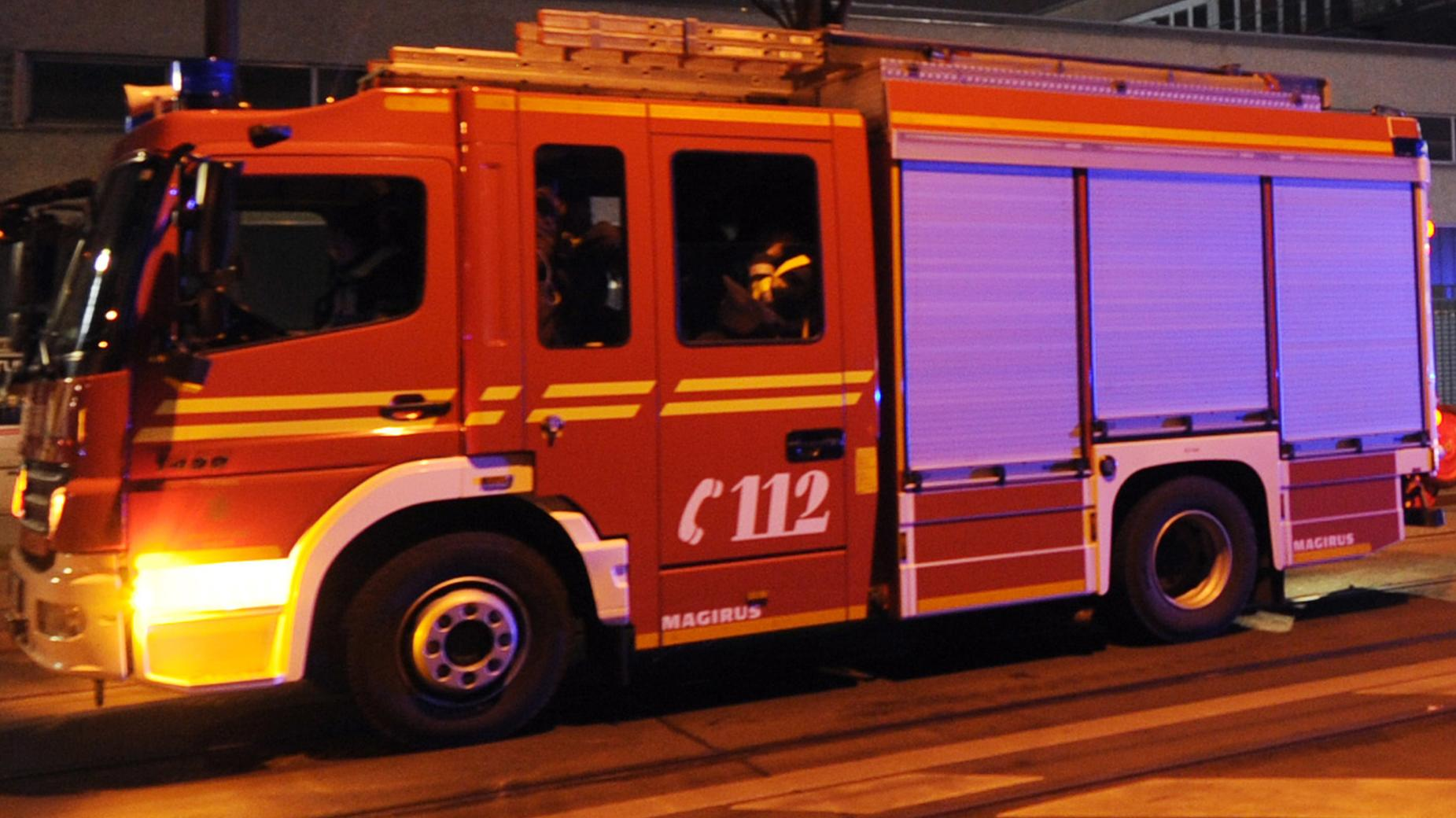 Symbolbild: Feuerwehrauto nachts im Einsatz