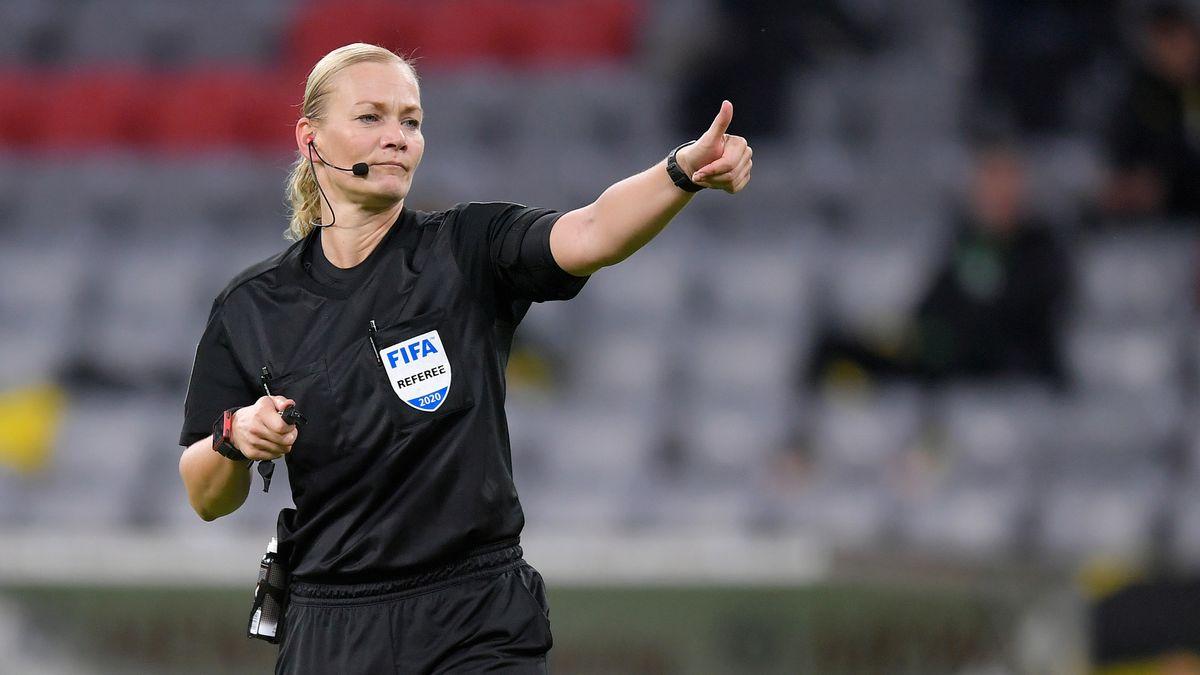 Bibiana Steinhaus beim DFL-Supercup 2020 FC Bayern München - Borussia Dortmund, in der Allianz-Arena München
