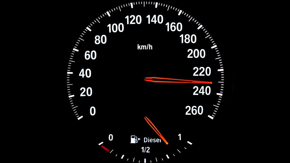 Tachometer mit Geschwindigkeit 230 km/h