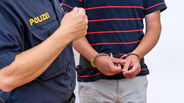Vor dem Landgericht Passau muss sich ein 43-Jähriger (re.) wegen versuchten Totschlags verantworten.