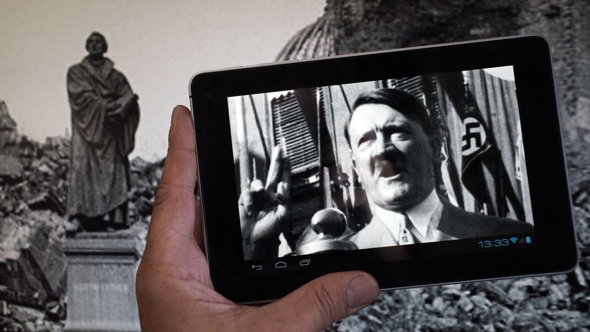 Ein Handy auf dem Hitler in einer historischen Aufnahme zu sehen ist