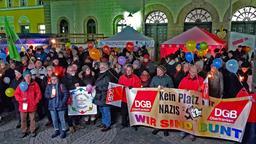 Teilnehmer einer Demonstration gegen rechts auf dem Marktplatz in Wunsiedel. Sie halten Transparente und Luftballons.   Bild:BR-Studio Franken/Simon Trapp