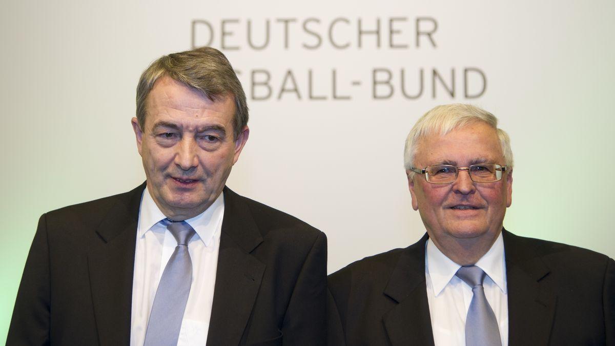 Archiv: Der damals neue DFB-Präsident Wolfgang Niersbach (links) und der scheidende DFB-Präsident Theo Zwanziger am 02.03.2012