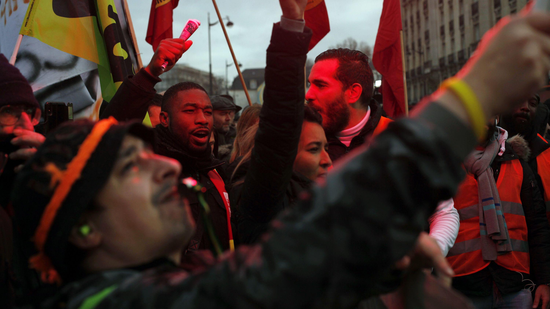 Mitglieder der Gewerkschaft und Arbeiter nehmen an einem Protest gegen die geplante Rentenreform teil. (Archivbild)