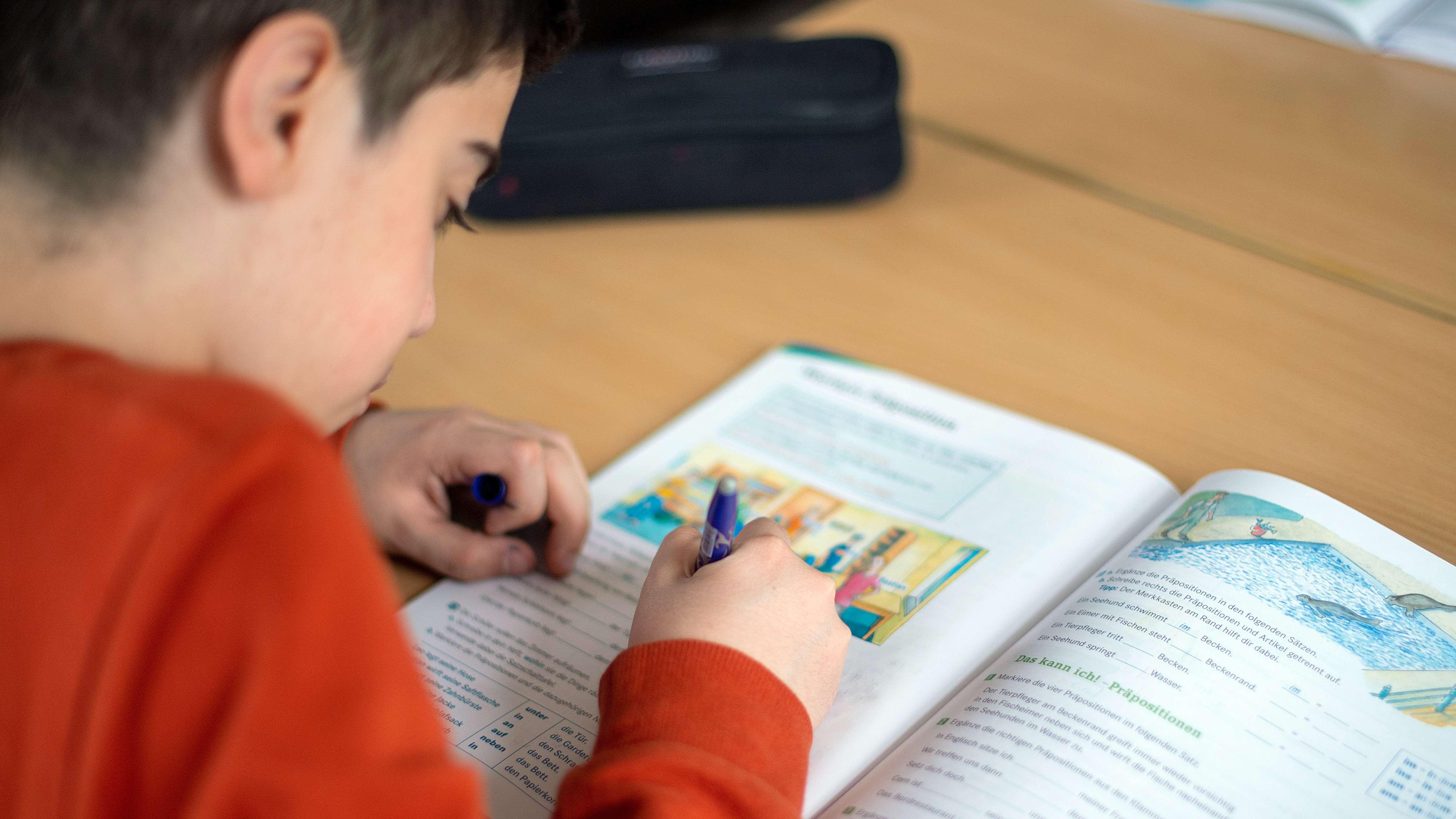 Ein Junge bei den Hausaufgaben (Symbolbild)
