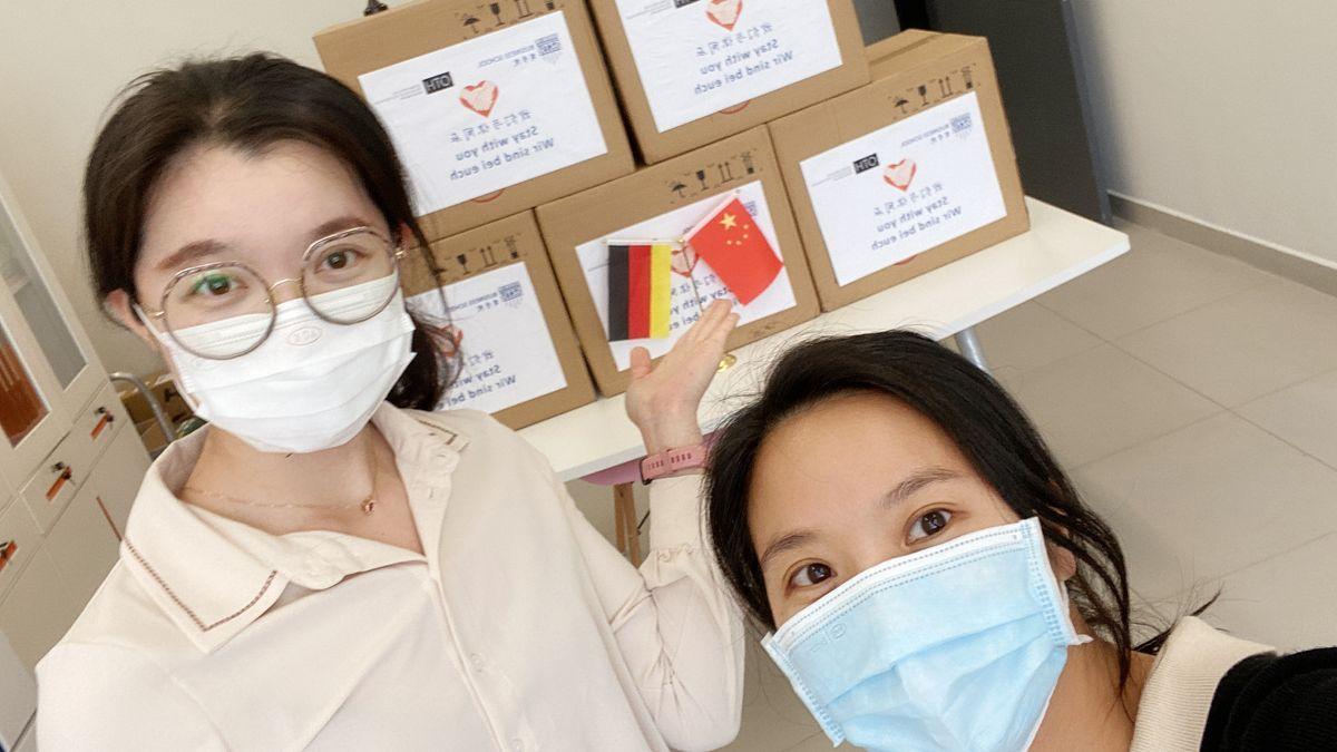 Die chinesischen Initiatorinnen der Spendenaktion, Janet LiXueqi (links) und Bella LuLIping (rechts) von der Business School der Shenzhen Technology University.