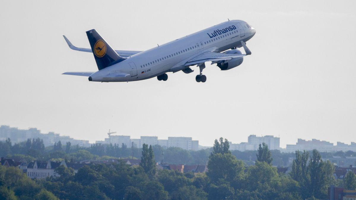 Lufthansa-Maschine hebt ab in die Luft