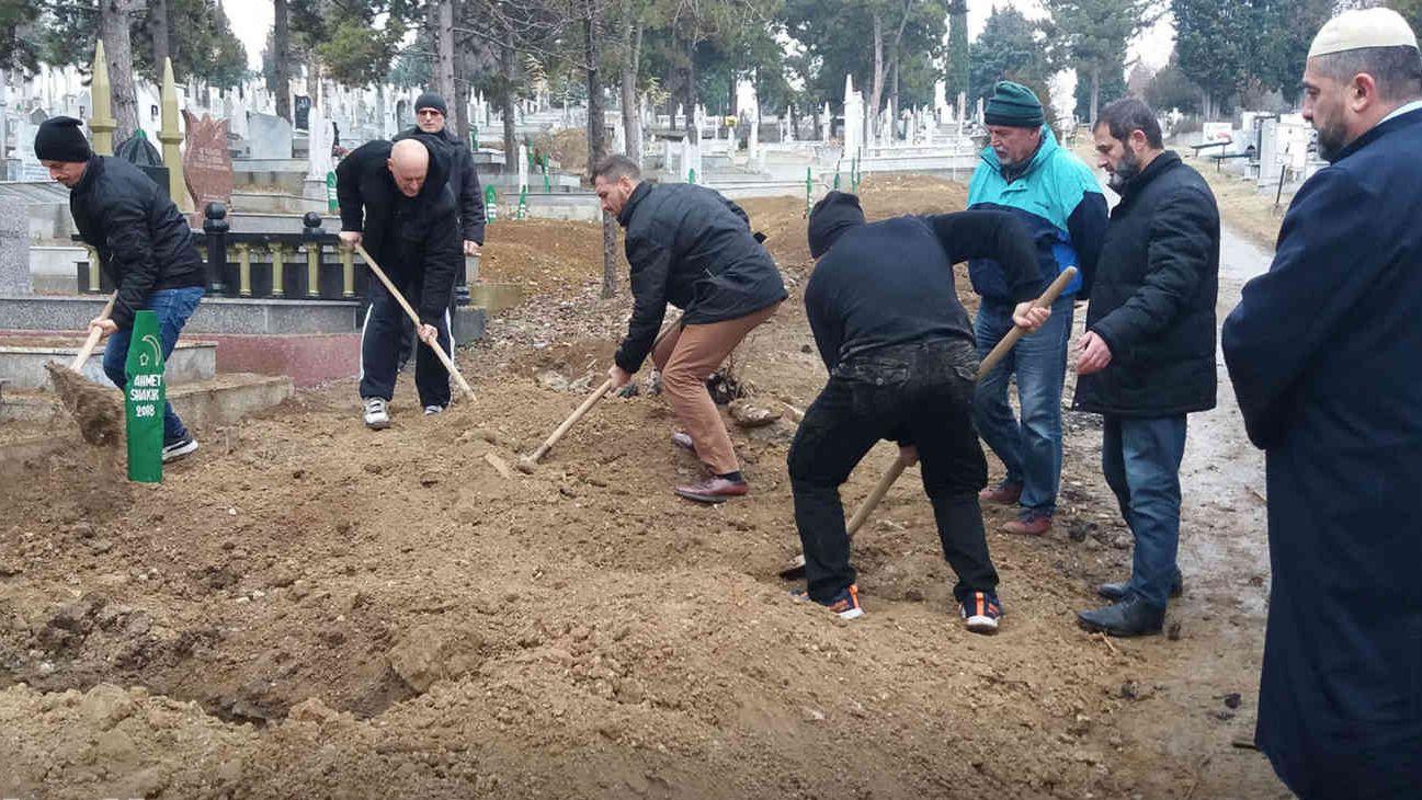 Männer graben auf der Suche nach Toten.